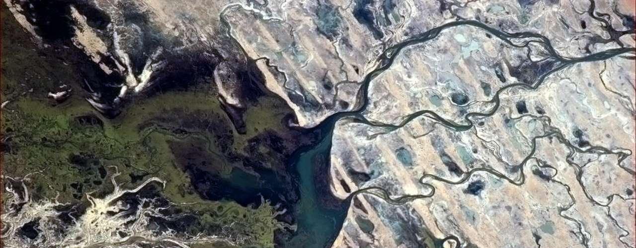 A paisagem africana vista de cima é comparada a uma obra de arte por Chris Hadfield