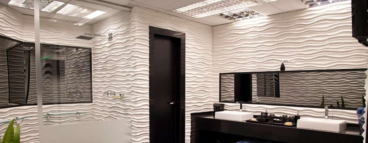 O banheiro, com parede em alto relevo, segundo Cristina, não funciona tão bem em uma residência. \