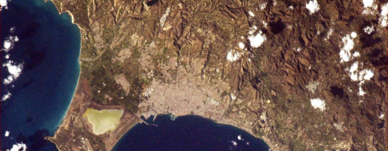 Limassol, a segunda maior cidade do Chipre, foi fotografada do espaço pelo astronauta Chris Hadfield, que está vivendo a bordo da Estação Espacial Internacional