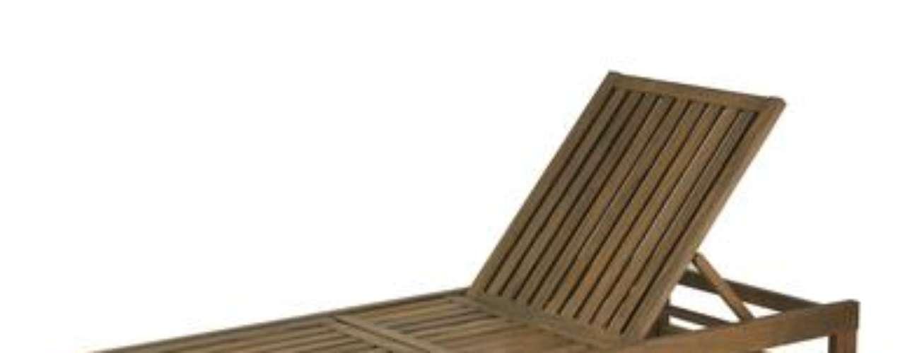 A espreguiçadeira Leblon Rob Chaise Longue, da Tok & Stok, é feita de madeira maciça com acabamento impermeabilizante e tem encosto regulável. Na loja a peça custa R$ 999