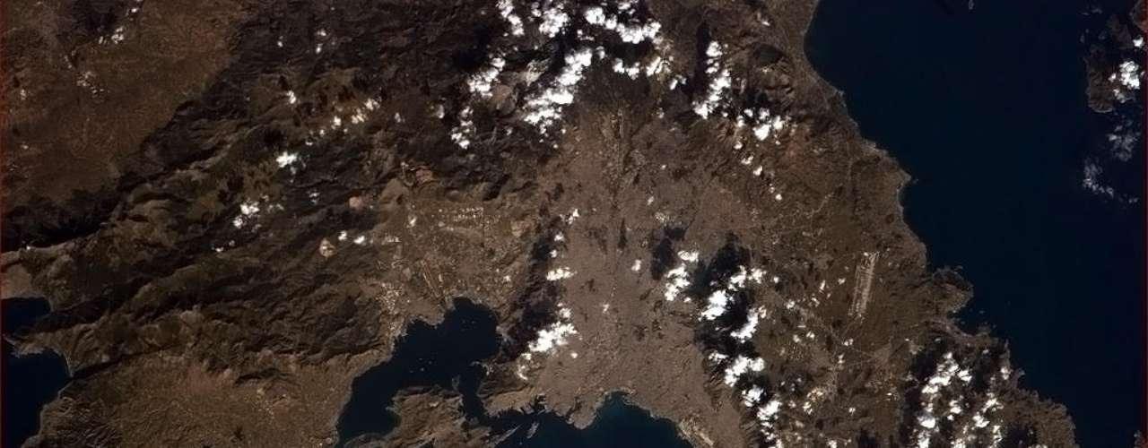 Em 14 de janeiro, Chris Hadfield fotografou a cidade de Atenas diretamente do espaço