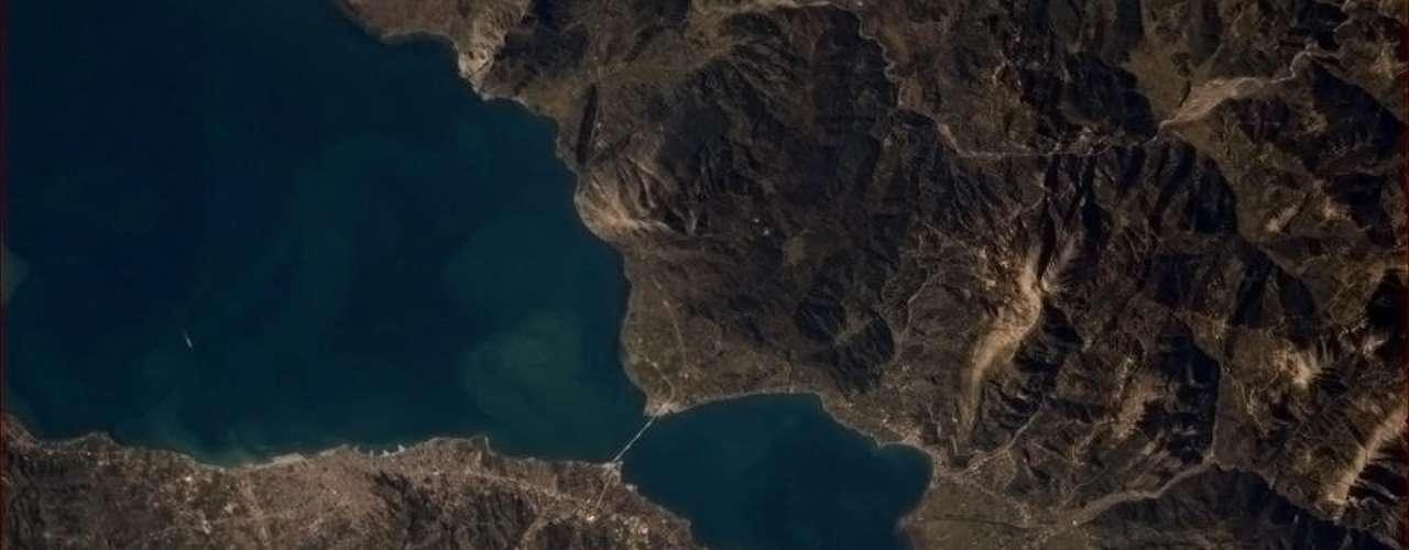 Hadfield publicou uma série de imagens de ilhas gregas em seu Twitter