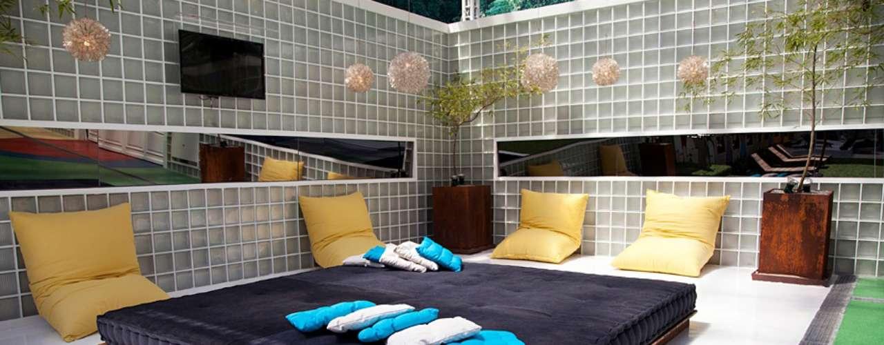 Um dos ambientes mais movimentados da casa é a cama externa da casa, onde os participantes conversam e descansam