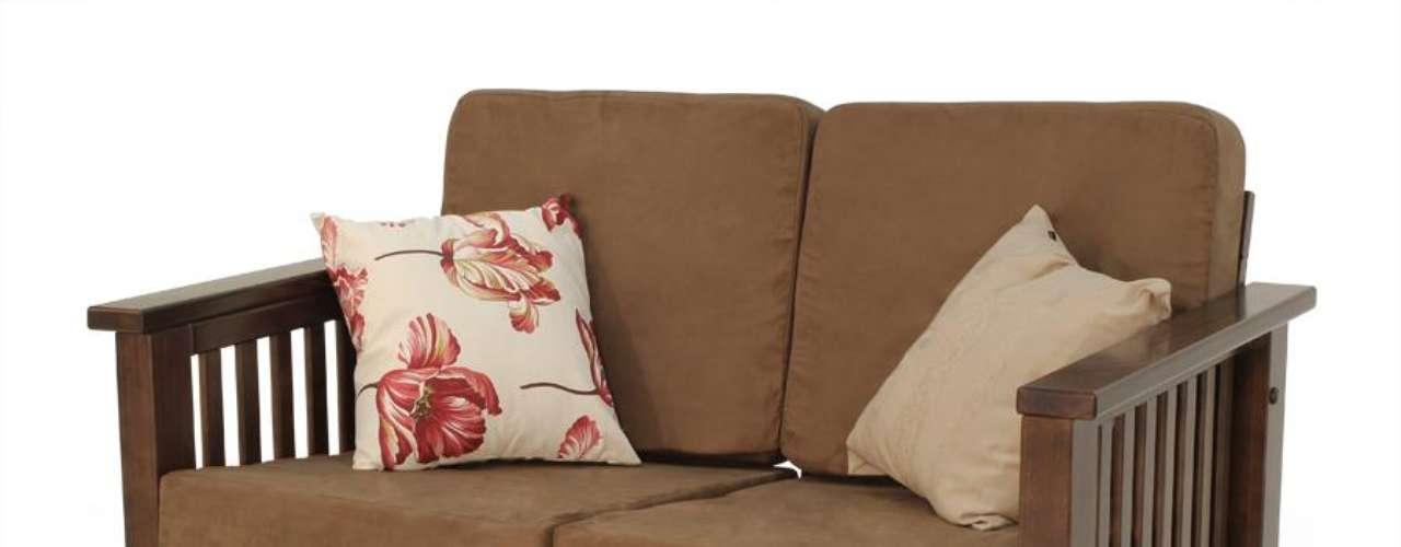 O sofá Universo dois lugares com almofadas, da Meu Móvel de Madeira, possui 75 cm de altura, 132 cm de largura e 86 cm de profundidade. Ele custa R$ 1.120