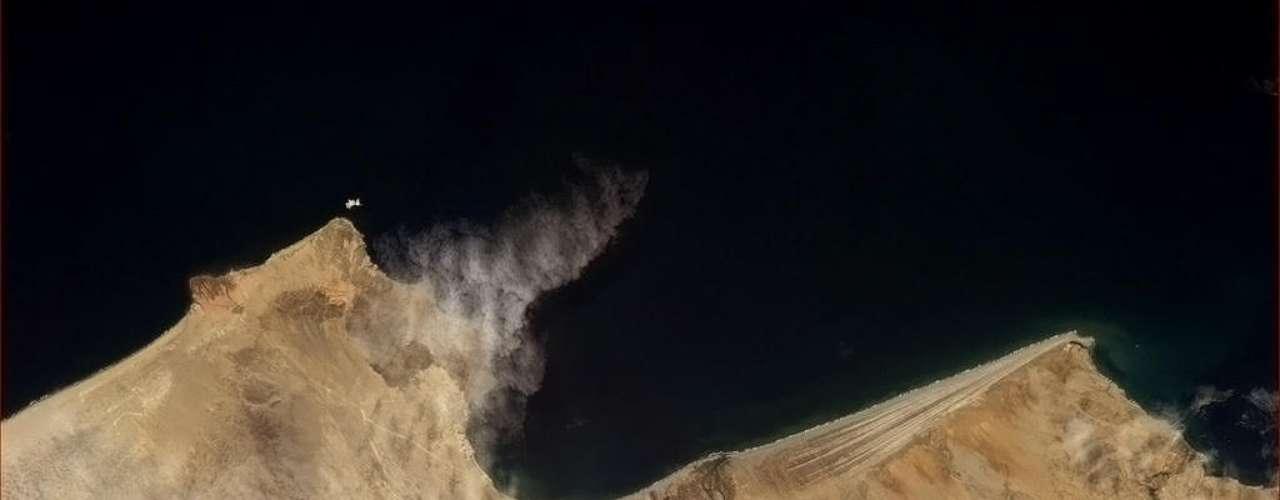 Costa peruana também foi fotografada pelo astronauta. Enquanto passava pelo país, ele saudou os habitantes: \