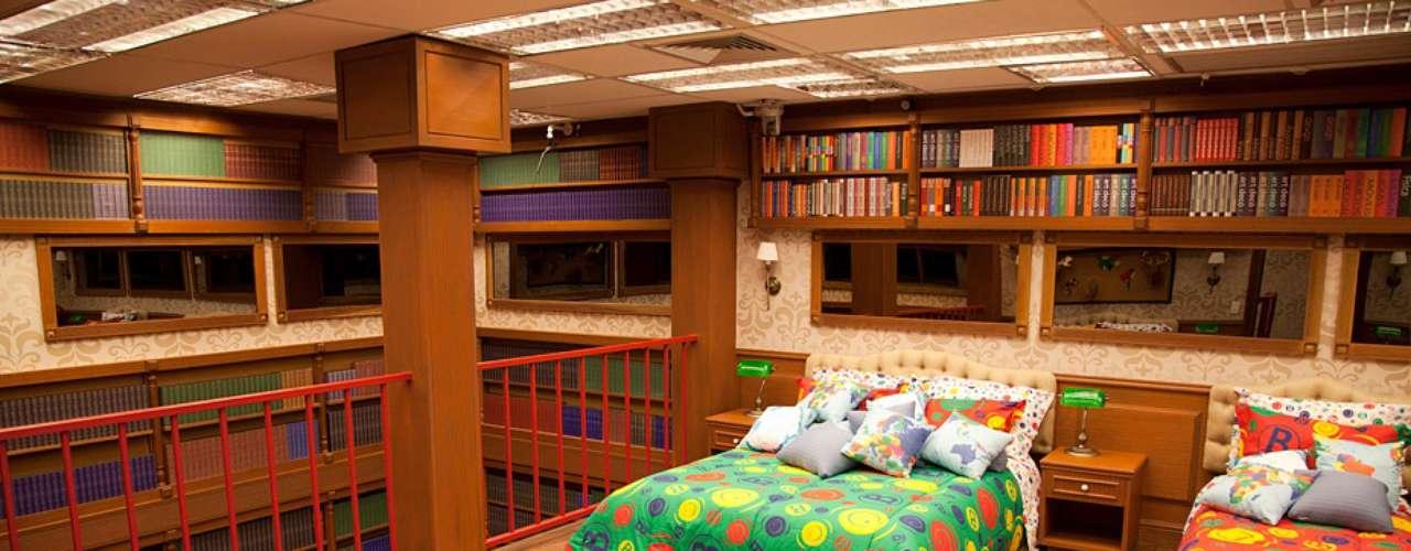O quarto biblioteca é recheado de objetos e móveis clássicos e com cara de antigos. Em meio a isso as camas aparecem revestidas de cores fortes e alegres formando um contraponto. \