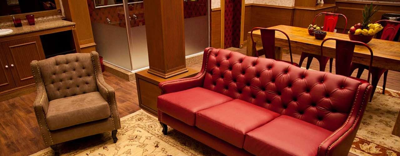 O ambiente da biblioteca possui tapetes e móveis clássicos