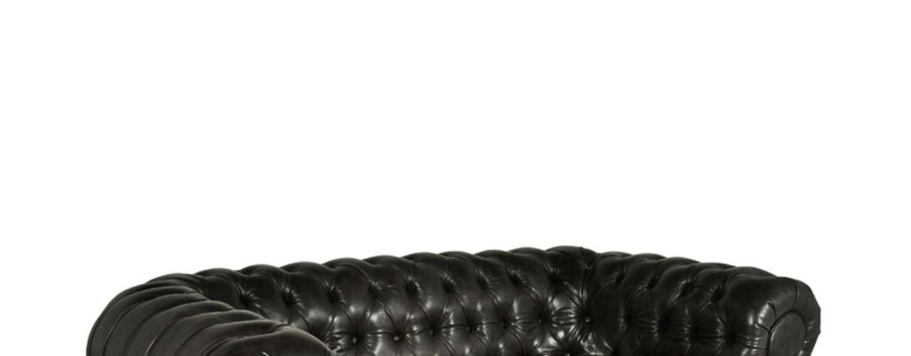 O sofá London de dois lugares da Desmobilia é revestido de coro natural seguindo o estilo do mobiliário inglês. O móvel possui 158 cm de largura, 94 cm de profundidade e 76 cm de altura e custa R$ 4.590