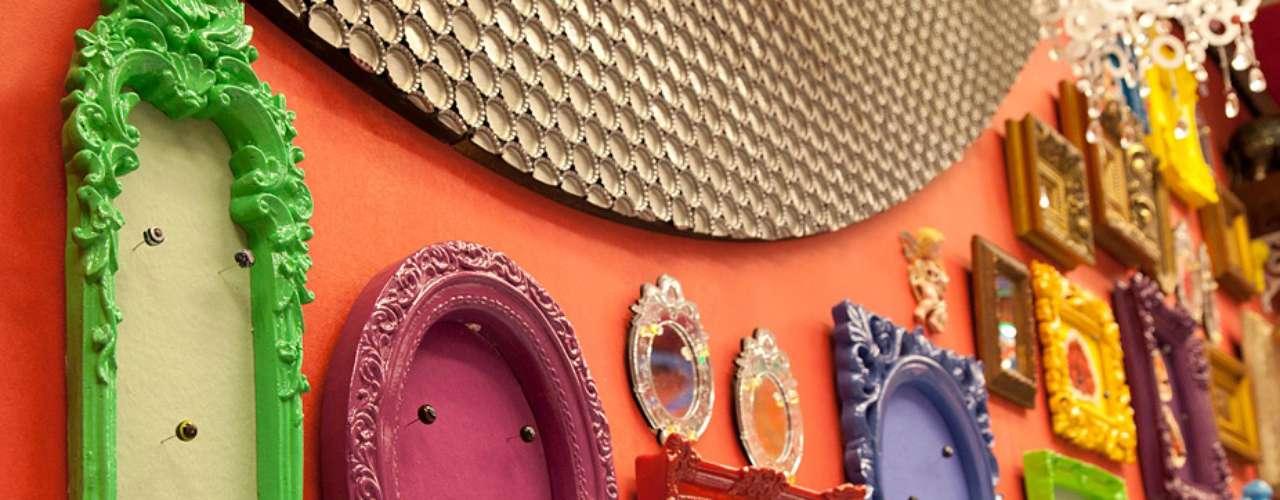 A parede decorada com molduras coloridas, segundo Cristina, vem sendo bastante usada seguindo uma linha de ambiente personalizado, pois mesmo que a pessoa compre os objetos prontos as combinações e distribuições dão uma cara diferente para cada lugar