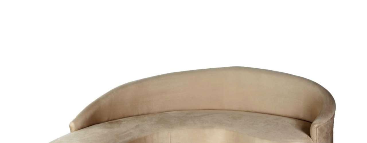 O sofá curvo da Estar Móveis possui 2,60 m de largura por 1,60 m de altura. O produto revestido de tecido custa R$ 3.500