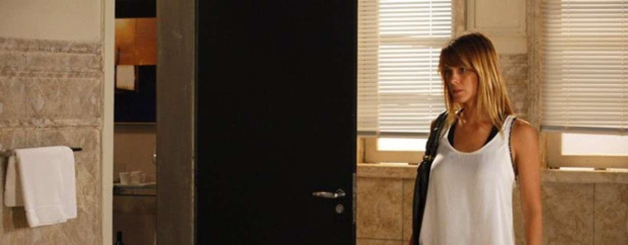 Cada vez mais próxima da vilã Lívia (Claudia Raia), Jéssica (Carolina Dieckmann) finalmente encontra o hotel onde ela estava na trama de Salve Jorge. Ela segue Russo (Adriano Garib) e o vê entrando em um prédio na orla.  Depois de entrar no hotel, ela vai até um dos andares e entra no banheiro. Usando a ajuda de uma camareira para entrar, ela reconhece o local onde viu os pés quando estava presa com Morena (Nanda Costa). \