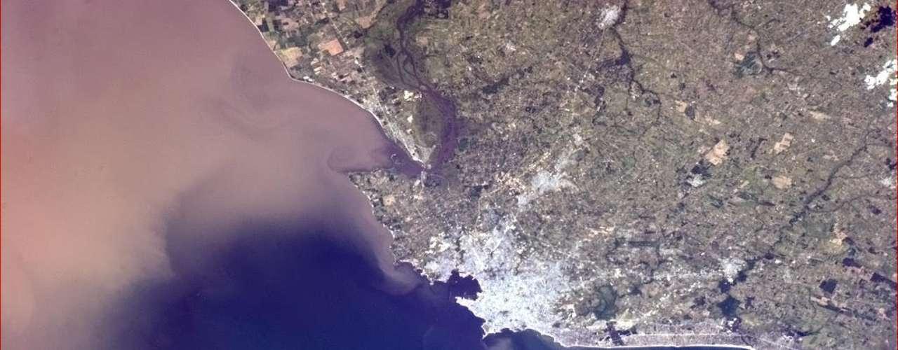 Astronauta captura confluência do Rio da Prata, no Uruguai, com o Oceano Atlântico