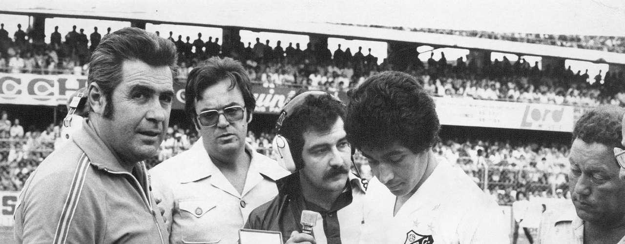 Ídolo absoluto do Santos, Clodoaldo ficou em 18º lugar. É considerado até hoje um dos melhores volantes da história, pois marcava com a mesma eficiência que saía jogando. Além de ter sido o titular na Seleção campeã de 1970, venceu cinco campeonatos paulistas durante sua curta carreira, abreviada por uma cirurgia no joelho esquerdo