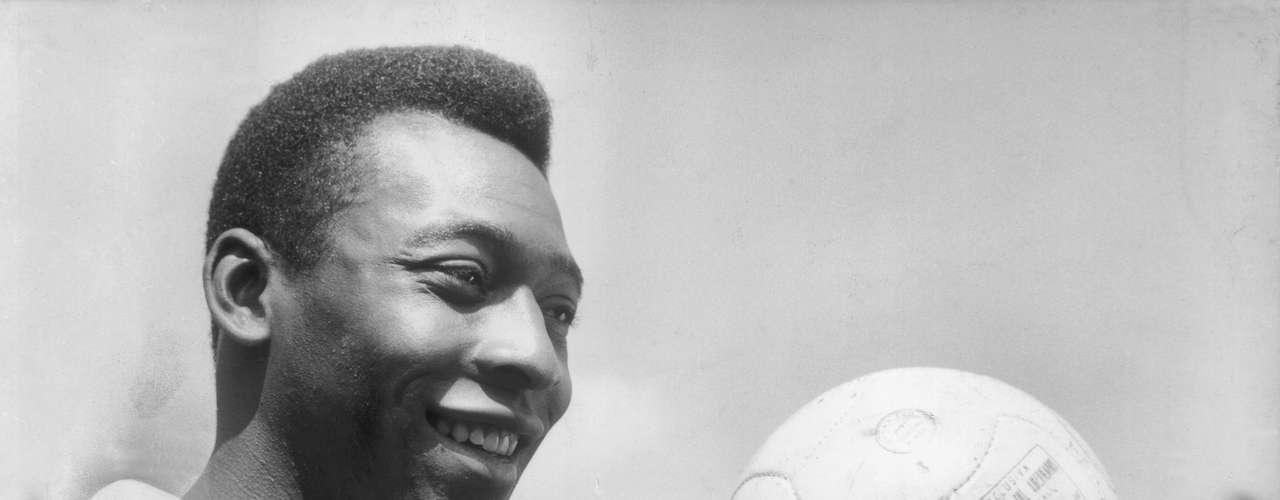 Como não poderia deixar de ser, Pelé aparece na primeira posição. Ele dispensa apresentações, mas não custa lembrar que ele foi tricampeão mundial com a Seleção, bicampeão mundial com o Santos e conquistou seis títulos brasileiros. Além disso, marcou 1282 gols na carreira.Não é apenas o melhor do Brasil. É o melhor do mundo na história.
