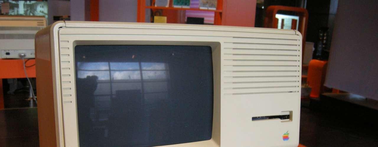 Sem entregar os pontos, relata a biografia, Jobs e a Apple contrataram dois engenheiros da Hewlett-Packard para conceber um computador totalmente novo, que seria o Lisa, nome da filha que Jobs havia abandonado e não admitira totalmente que era dele na época.