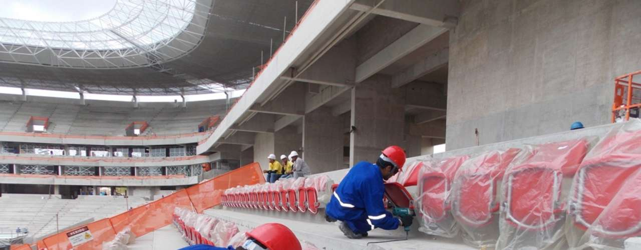 17 de janeiro de 2013: palco da Copa das Confederações, a Arena Pernambuco teve as primeiras cadeiras instaladas. Ao todo, o estádio terá 46 mil lugares.