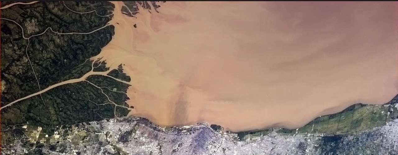 O astronauta da ISS Chris Hadfield registrou o Rio da Prata na capital da Argentina, Buenos Aires, na noite de quinta-feira, 17 de janeiro