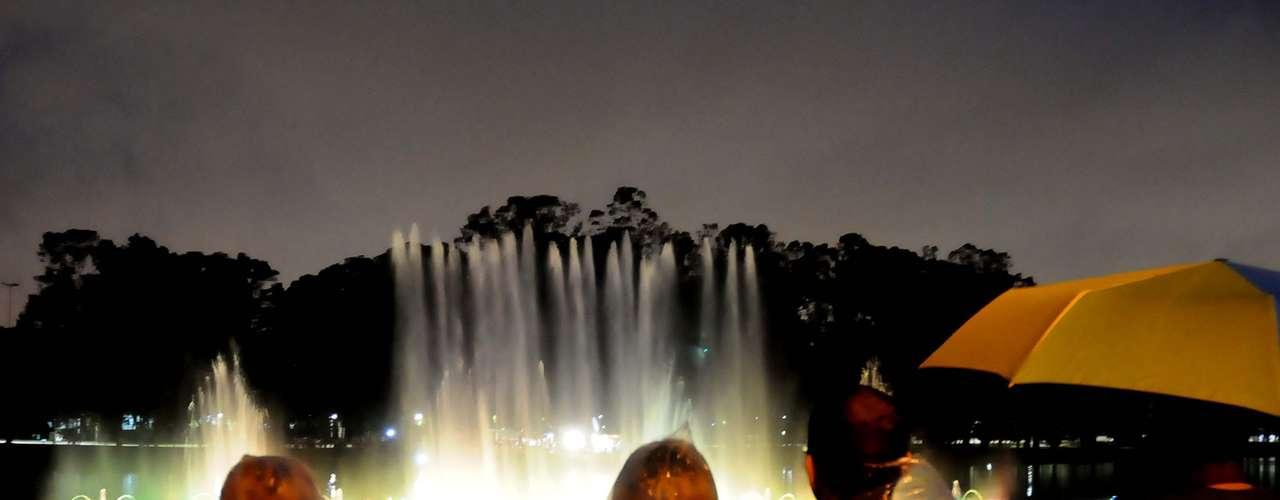 19 de janeiro Apesar do tempo chuvoso, show de luzes na fonte do Ibirapuera atrai paulistanos à comemoração do aniversário da capital