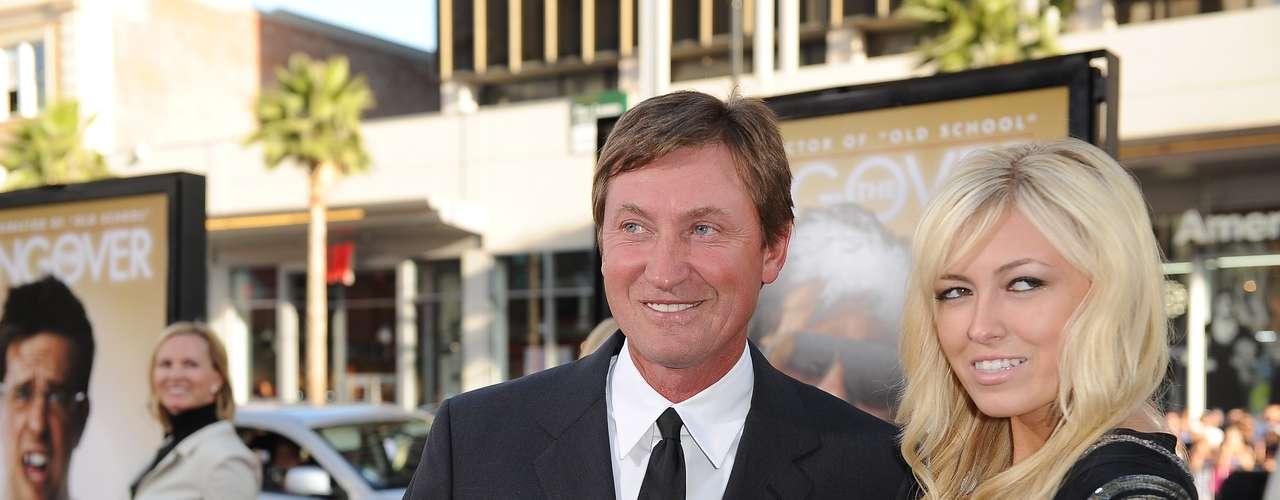 98ª: Janet Jones - atriz, mulher do ex-jogador de hóquei no gelo Wayne Gretzky