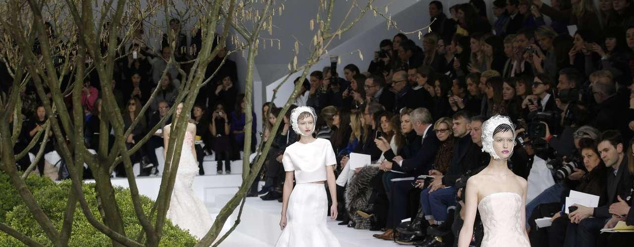 Tecidos acetinados dominaram apresentação da Dior em Paris