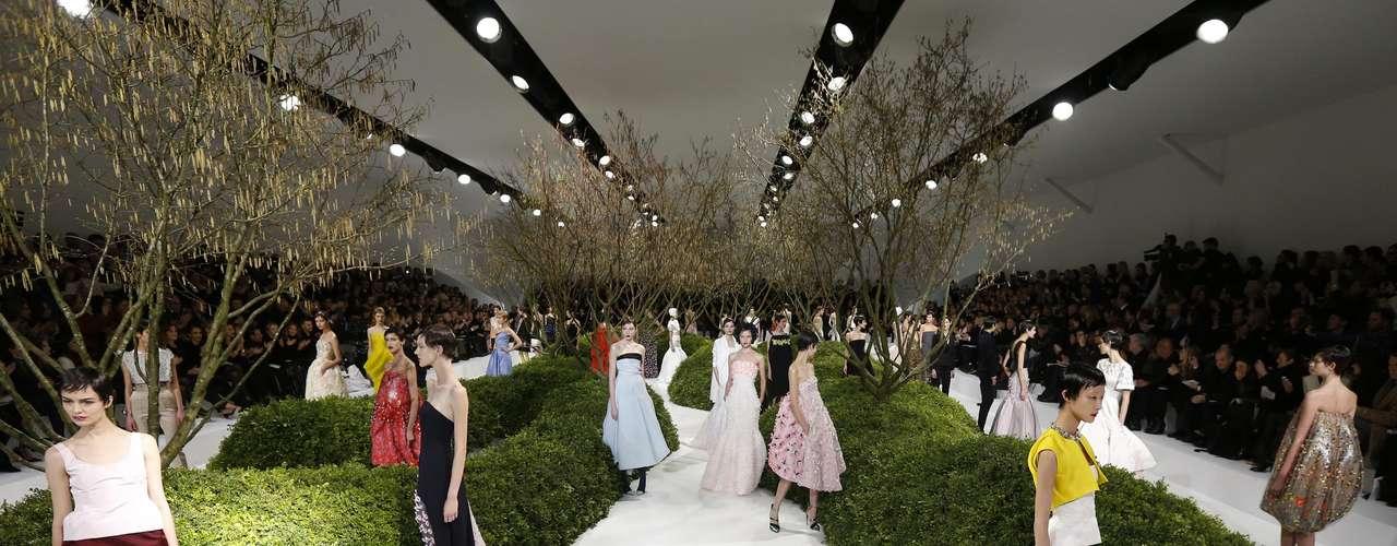 Dior transforma passarela em Paris em jardim. Coleção se caracterizou por modelos com recortes bem marcados e formas geométricas