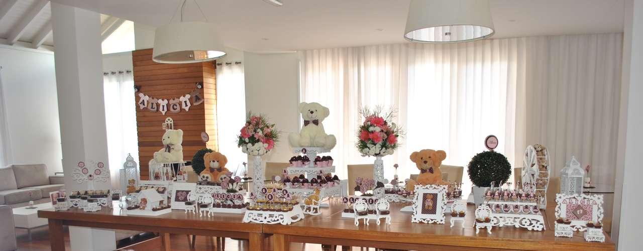 O tema Urso é muito solicitado para meninas e meninos no aniversário de um ano, segundo La Belle Vie Eventos. Ursinhos de pelúcia, tags personalizadas e arranjos de flores compõem a decoração