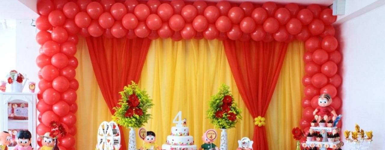 O tema Turma da Mônica combina com meninos e meninas. La Belle Vie Eventos decorou a mesa com muitos personagens dos quadrinhos e guloseimas personalizadas