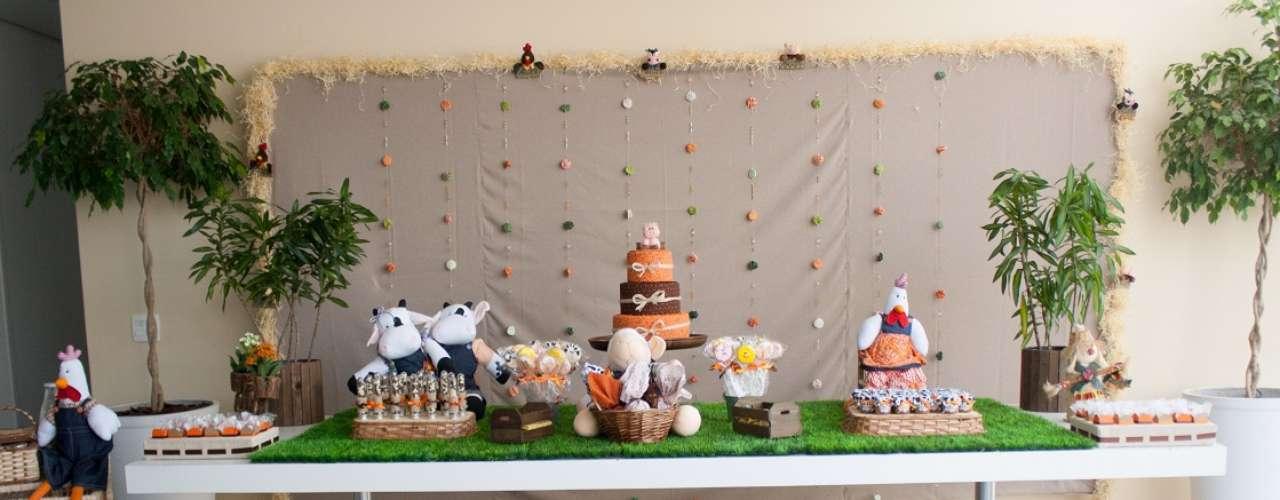 A mesa da festa com tema Fazendinha, idealizada pelo Ateliê de Criação, conta com as cores marrom e laranja. Bichinhos da fazenda, muita palha e madeira dão toque rústico. Informações: (11) 2305-9450