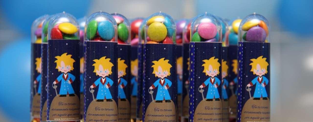 Tubos com guloseimas incrementam a mesa da festa de tema O Pequeno Príncipe, da Komemore Festas Personalizadas