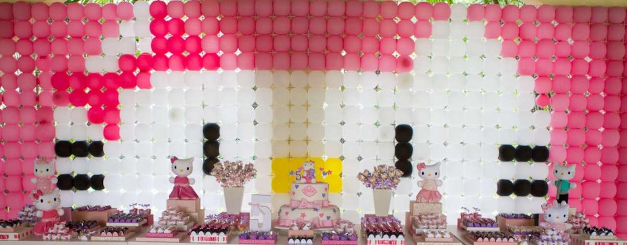 O painel de bexigas forma o rosto da Hello Kitty, tema da festa decorada por Komemore Festas Personalizadas