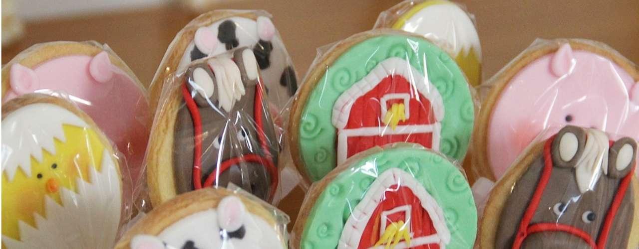 A mesa com tema Fazendinha conta com cookies no palito com imagens de animais. A proposta é de Fabiana Moura