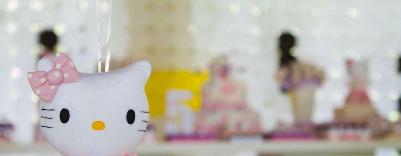 No centro das mesas, bonecas peso de porta incrementaram o visual e eram lembranças para os convidados da festa com tema Hello Kitty, da Komemore Festas Personalizadas