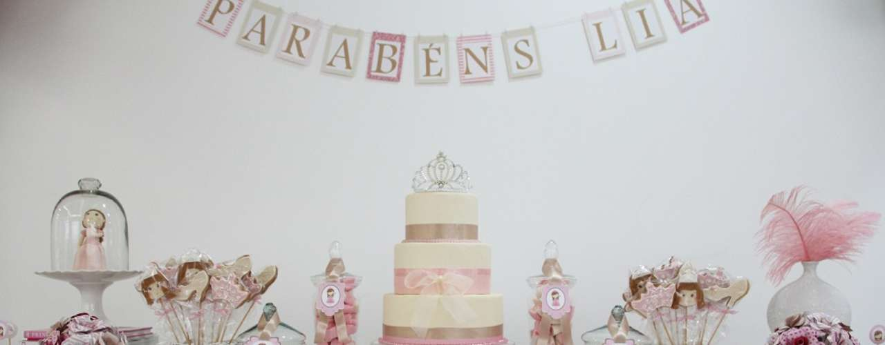 Na mesa da festa de tema Boneca Princesa, rosa é a cor predominante. O topo de bolo de coroa dá um charme a mais à proposta de Fabiana Moura