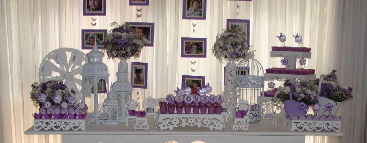 A mesa da festa Jardim, proposta por La Belle Vie Eventos, aposta nas cores lilás e branca. Arranjos de flores incrementam o visual. Informações: (51) 8125-7143.