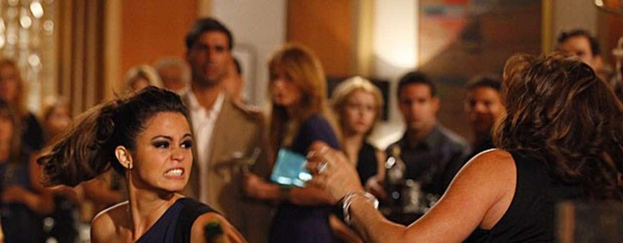 Morena (Nanda Costa) não aceita a morte de Jéssica (Carolina Dieckmann) e tem certeza de que a amiga foi assassinada pela máfia do tráfico de pessoas. E é só ficar cara a cara com Wanda (Totia Meirelles) para ela partir para cima da bandida e acusá-la de ter acabado com a vida da loira