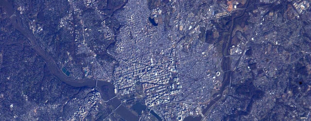 Imagem feita do espaço mostra a capital americana, Washington, antes da cerimônia de posse do presidente Barack Obama; o registro foi feito no dia 20 de janeiro pelos astronautas à bordo da Estação Internacional