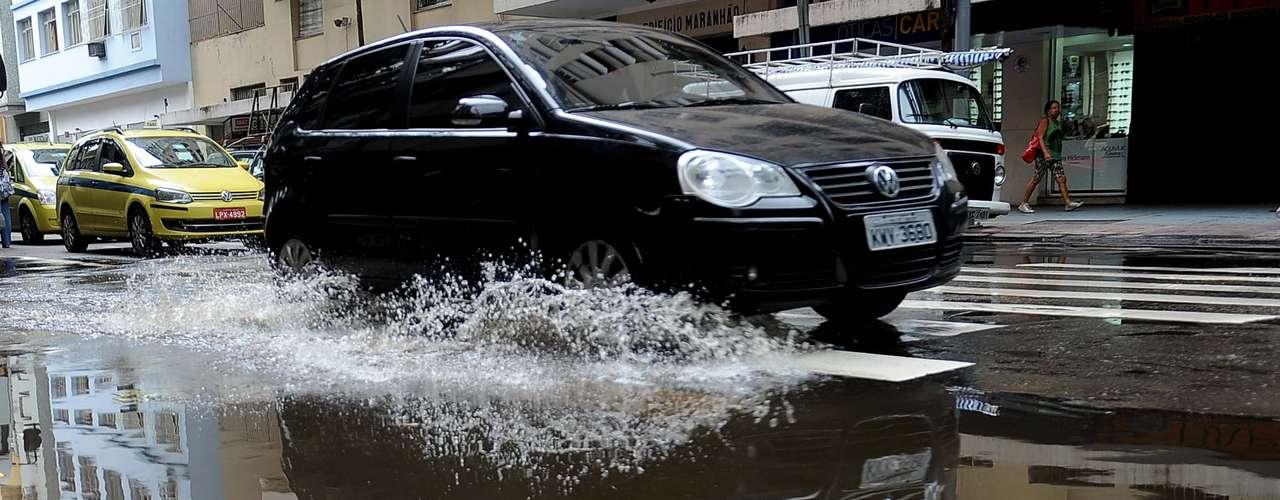 Largo do Machado ficou com pontos alagados devido a chuva