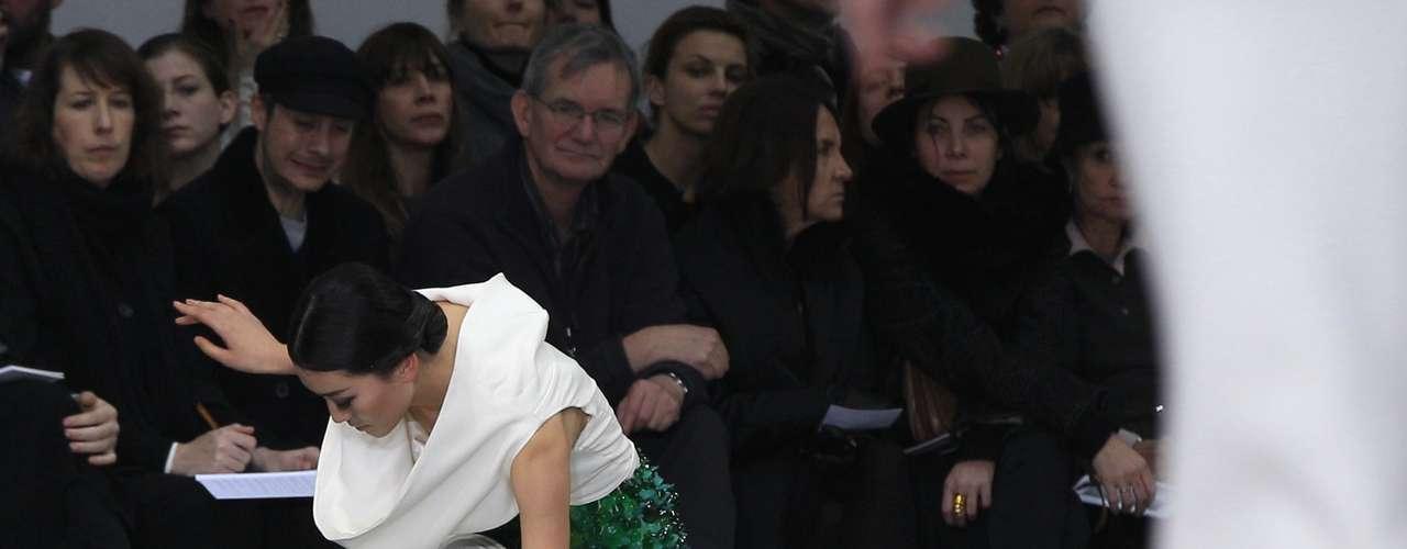 O desfile deStephane Rolland, realizado nesta terça-feira (22) durante a semana de alta-costura de Paris foi marcado pelo tombo de uma modelo na passarela