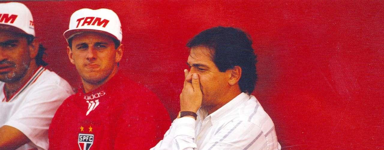 Estreia no time profissional (1993) A primeira partida de Rogério Ceni nos profissionais do São Paulo aconteceu em 25 de junho de 1993, aos 20 anos. No Torneio Santiago de Compostela, ele pegou um pênalti na vitória por 4 a 1 sobre o Tenerife, da Espanha