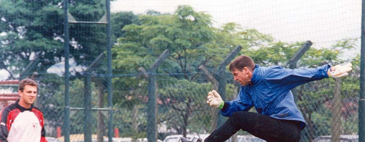 Zetti deixa o São Paulo (1996) Foi com a saída de Zetti, que em 1996 deixou o São Paulo para defender o Santos, que Rogério enfim se tornou titular absoluto da equipe do Morumbi, posto que ocupa até hoje