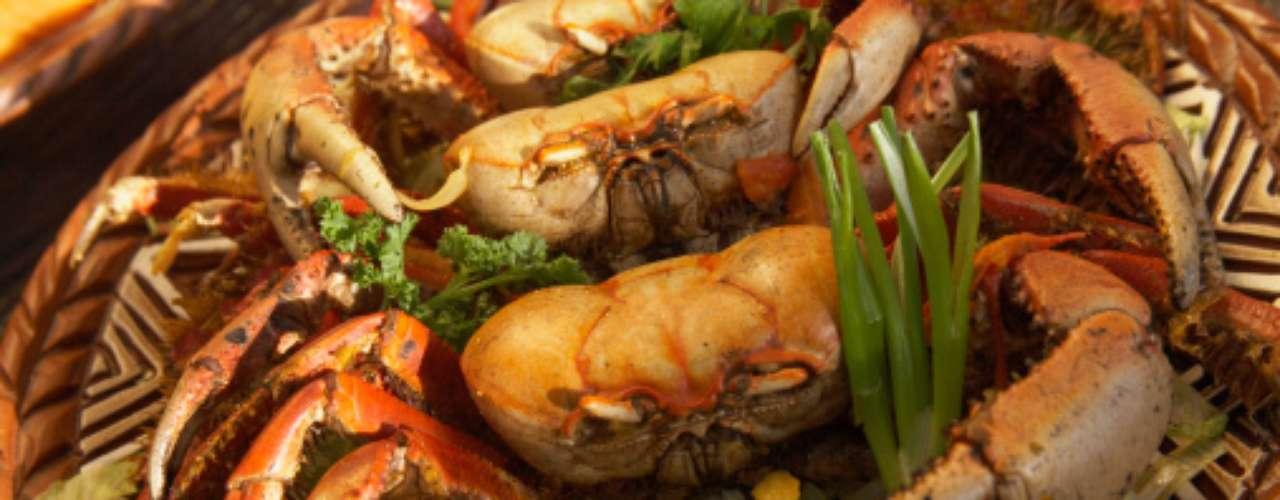 Uma vasilha cheia de caranguejos vivos