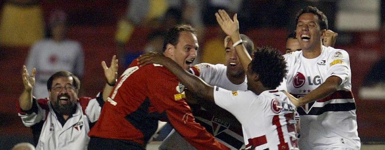 Quase três gols no mesmo jogo (2005) Rogério quase alcançou a inédita marca de três gols em uma mesma partida nas quartas de final da Libertadores de 2005, contra o Tigres (MEX). Na vitória por 4 a 0, ele marcou duas vezes de falta. Porém, perdeu um pênalti