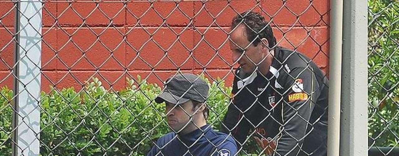 Acidente dos goleiros Bruno e Weverson (2006) Um episódio que mexeu bastante com Rogério foi o acidente automobilístico que matou o quarto goleiro do São Paulo, Weverson, e deixou o terceiro goleiro, Bruno, tetraplégico. O jogador auxiliou as famílias dos jogadores e, em 2010, recebeu Bruno em uma visita ao CT tricolor (foto)