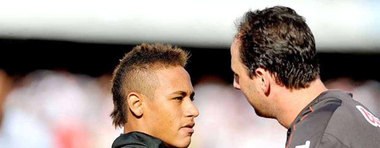 Polêmica com Neymar (2010) Rogério se irritou ao sofrer um gol de pênalti de Neymar em 2010, após o atacante santista usar a até então permitida \