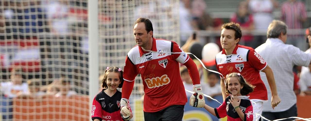 O milésimo jogo (2011) Outra marca importante de Rogério foi o milésimo jogo com a camisa do São Paulo. Foi no Morumbi lotado, em 7 de setembro de 2011, em vitória por 2 a 1 sobre o Atlético-MG