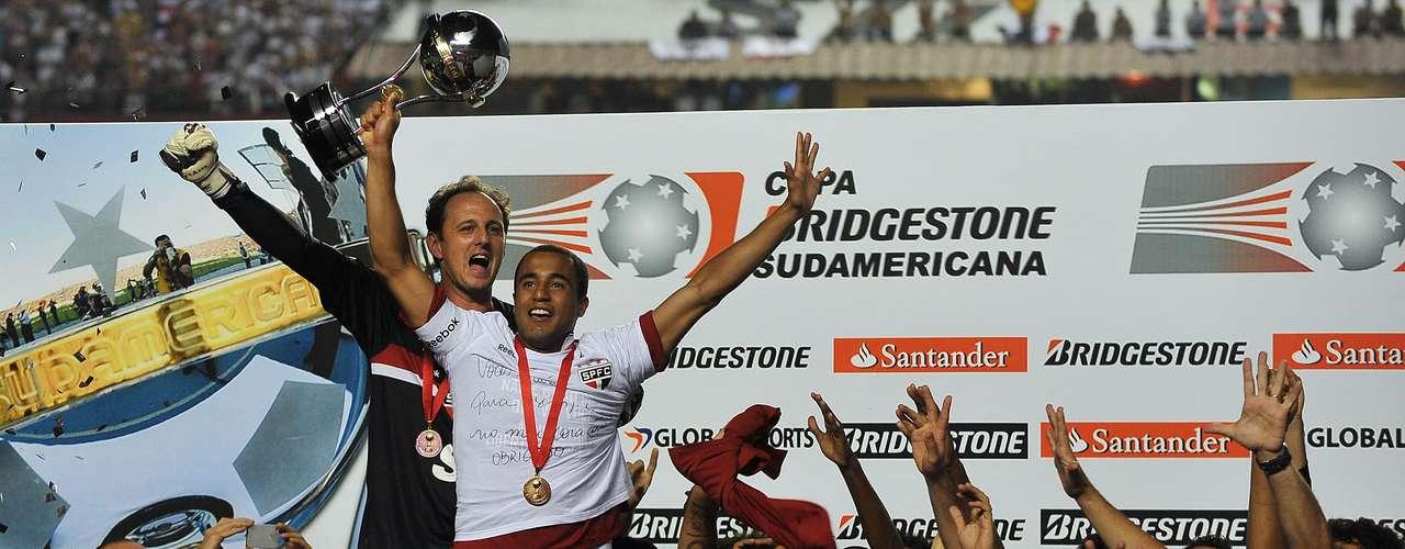 Campeão da Sul-Americana e taça para Lucas (2012) Em seu último título pelo São Paulo, na Copa Sul-Americana de 2012, o capitão Rogério cedeu o troféu para Lucas, que se despedia do Morumbi para jogar no Paris Saint-Germain, da França