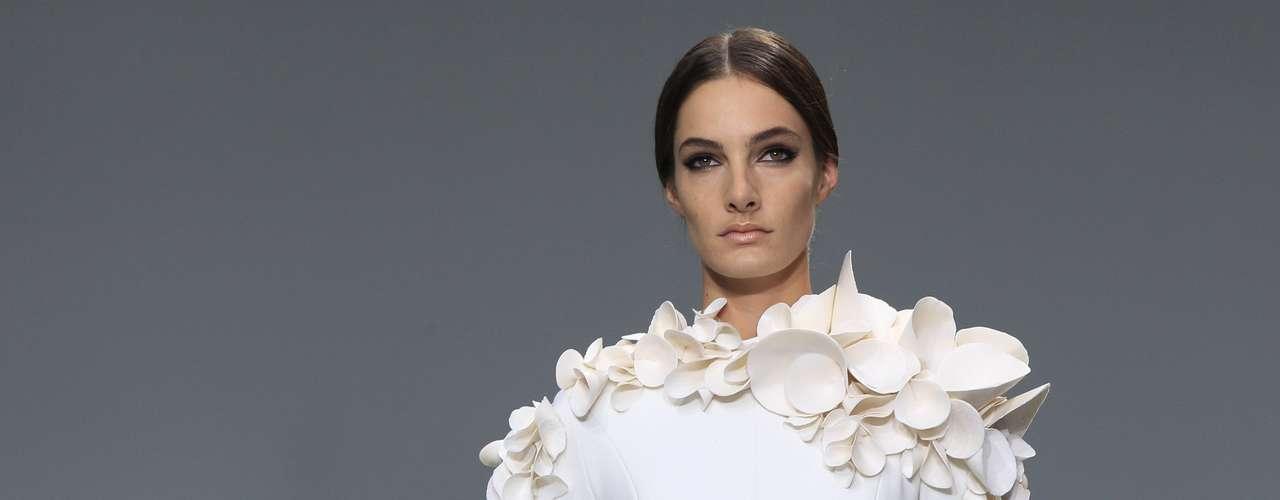 Com pétalas nos ombros, modelo desfila coleção deStephane Rolland em Paris