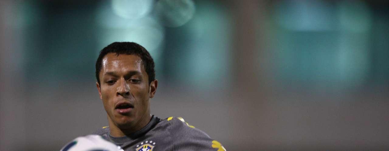 Laterais: Adriano (Barcelona-ESP)