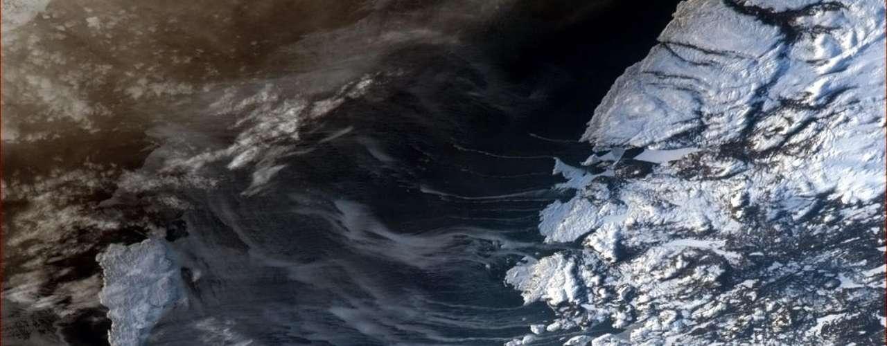 A gélida costa leste canadense foi registrada nesta terça-feira, 22 de janeiro, por Chris Hadfield, que está a bordo da Estação Espacial Internacional (ISS, na sigla em inglês). Hadfield, que é canadense, fotografa e compartilha quase diariamente imagens de diferentes locais da Terra em seu Twitter