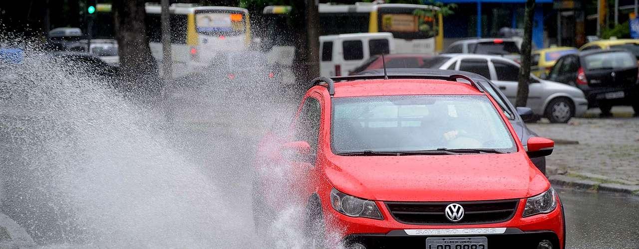 Passagem de carros por poças cria 'onda' na Borges de Medeiros